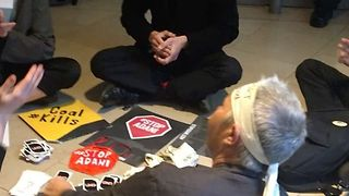 Climate Activists Disrupt Operations at Sydney Bank - Video