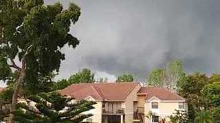 Tornado Sweeps Through Coral Springs, Florida, Accompanied by Intense Rain - Video