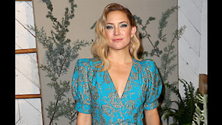 Kate Hudson hides from family in bathroom