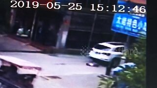 3-year-old boy luckily escapes death after car runs him over in eastern China