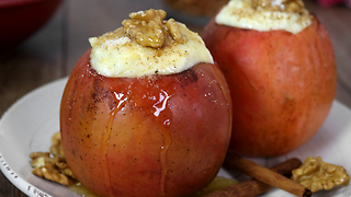 How to make baked apples with cheesecake stuffing - Video