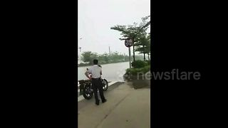 Ultra-localised rain falls in southern China - Video