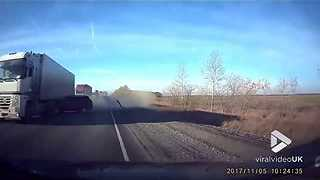 Lucky driver escapes collision on highway - Video
