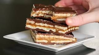 Homemade 'Twix' shortbread bars - Video