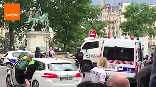 Police Officer Attacked at Notre Dame Cathedral - Video
