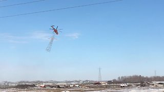 Helicopter picks up transmission tower with ease - Video