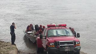 Suspect jumps into river to avoid KCK police - Video