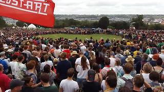 Thousands of festival-goers gather to form the world's largest peace sign - Video