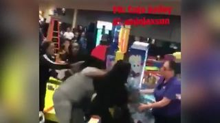 Two women were throwing punches and pulling hair at a Chuck E. Cheese restaurant - Video