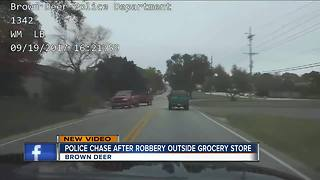 Police chase suspect after robbery outside grocery store - Video