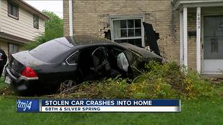 Police looking for suspects who stole and crashed car - Video