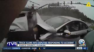 Truck slams into Florida deputies responding to crash - Video