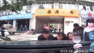 Good Samaritans rush to rescue toddler trapped under car - Video