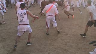 Man Somersaults Over Cornered Bull at San Fermin Festival in Pamplona - Video
