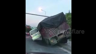 Two vehicles get stuck in bizarre position after collision - Video