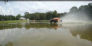 Hydroplane Battle! Traxxas Slash 2wd vs Rustler 2wd