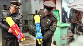Chinese police squirt water pistols at illegal coal stoves - Video