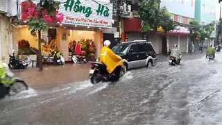 Rush-Hour Deluge Floods Streets in Hanoi - Video