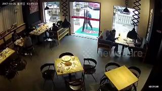 Chinese delivery man breaks restaurant's glass door - Video