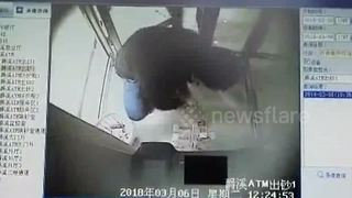 Couple grabs the cash when ATM malfunctions - Video