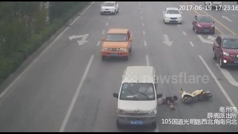 Scooter driver narrowly avoids being run over on the head by minibus