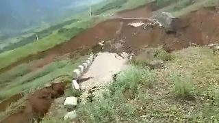 Terrifying scene as mountain road completely collapses after heavy rain - Video
