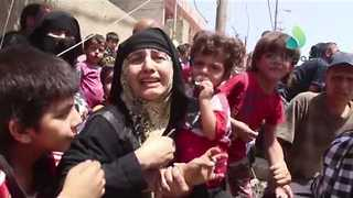 Locals Flee as Iraqi Forces Advance Against Last Remaining IS Enclaves in Mosul - Video