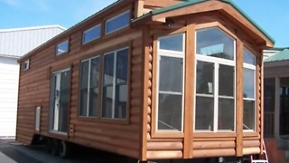 Fully-furnished house on wheels that sleeps 6 people! - Video