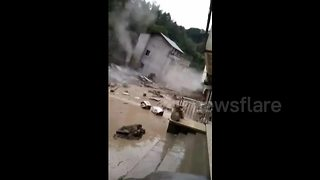 Houses collapse in southern China mudslide - Video