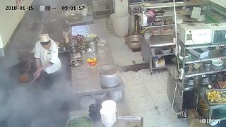 Pressure cooker explodes in China hotel kitchen - Video