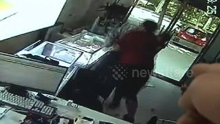 Shop owner finds thief in his store and fights him - Video