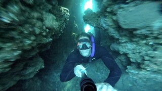Freediver nearly gets stuck in underwater cave - Video
