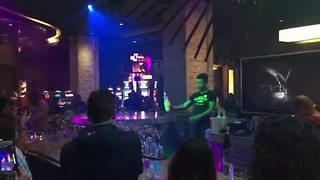 Amazing bartender shows off his mind-blowing skills - Video