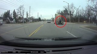 Guy on roller blades hitches ride on back of truck - Video