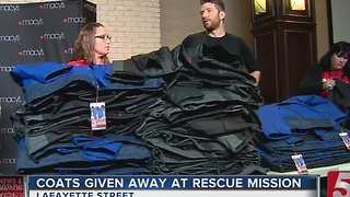 Country Star Passes Out Coats At Rescue Mission - Video