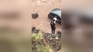 Teenager rescues tourists after car crashed into river - Video
