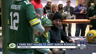 Aaron Rodgers trades signatures for Salvation Army donations - Video