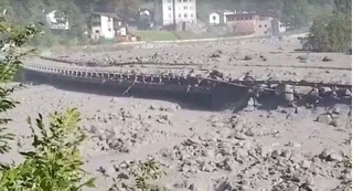 Swiss Village Evacuated as Mudslide Deforms Traffic Barriers - Video