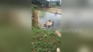 Moment driver is pulled out of hatchback that plummeted into lake - Video