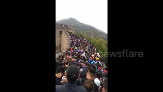 Holiday chaos: Tourists at a standstill on China's Great Wall - Video
