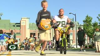 Heartwarming bike ride tradition at Packers training camp continues - Video