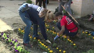 Wade Park students partner with Cleveland Police Department to beautify school campus