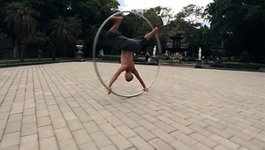 The Real Lord of the Ring - mesmerizing street performer - Video