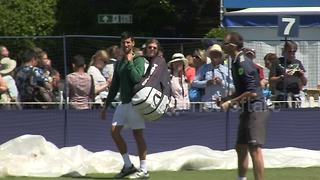 Djokovic poses for pictures ahead of Wimbledon warm-up - Video
