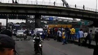Pay Protesters Block Access to Major Highway at Rush Hour in Rio de Janeiro - Video