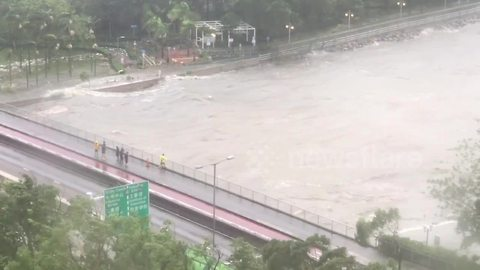 Storm surge from Typhoon Mangkhut batters Hong Kong