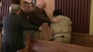 Man convicted of sexually assaulting a 4-year-old girl is attacked in courtroom by another prisoner - Video