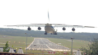 AN124 makes crosswind landing - Video