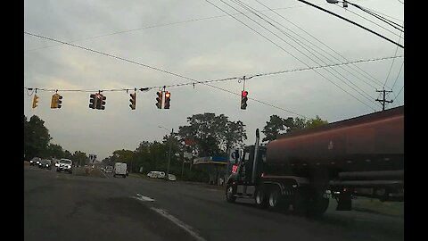 18 Wheeler blasts through Red light