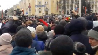 Protesters Gather in Kemerovo Following Deadly Mall Fire - Video